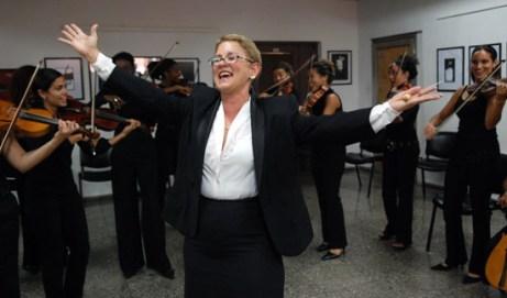 """La maestra Zenaida Castro Romeo, directora de la agrupación femenina de música de concierto """"Camerata Romeo"""", el 6 de Abril de 2007, La Habana, Cuba. Foto: Calixto N. Llanes/Juventud Rebelde (CUBA)"""