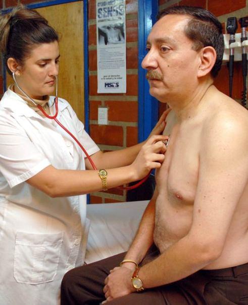 Una doctora cubana atiende cuidadosamente a un paciente en un Centro de Diagnostico Integral (CDI), el 2 de Abril de 2008, Caracas, Venezuela. Foto: Calixto N. Llanes/Juventud Rebelde (CUBA)