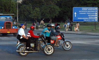 Los santiagueros usan motocicletas para desplazarse rápidamente por la ciudad, el 20 de Noviembre de 2008, Santiago de Cuba, Cuba. Foto: Calixto N. Llanes/Juventud Rebelde (CUBA)