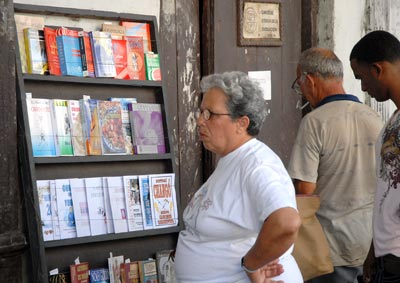 Una mujer se para frente a un negocio privado libros viejos y de uso, el 11 de Febrero de 2011, La Habana, Cuba. Foto: Calixto N. Llanes/Juventud Rebelde (CUBA)