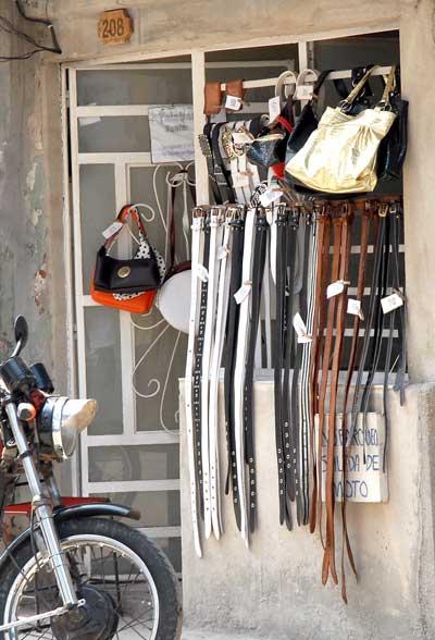 En la puerta de su casa un artesano vende cintos y carteras, el 11 de Febrero de 2011, La Habana, Cuba. Foto: Calixto N. Llanes/Juventud Rebelde (CUBA)