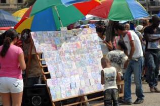"""En el parque """"El Curita"""" los trabajadores por cuenta propia ofertan sus productos, el 11 de Febrero de 2011, La Habana, Cuba. Foto: Calixto N. Llanes/Juventud Rebelde (CUBA)"""