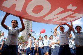 Estudiantes del IPVCE Vladimir Ilich Lenin desfilan en la Plaza de la Revolución, el 1 de Mayo de 2009, La Habana, Cuba. Foto: Calixto N. Llanes/Juventud Rebelde (CUBA)