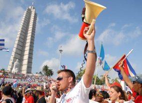 Estudiantes cubanos marchan gritando consignas frente la Plaza de la Revolución, el 1 de Mayo de 2010, La Habana, Cuba. Foto: Calixto N. Llanes/Juventud Rebelde (CUBA)