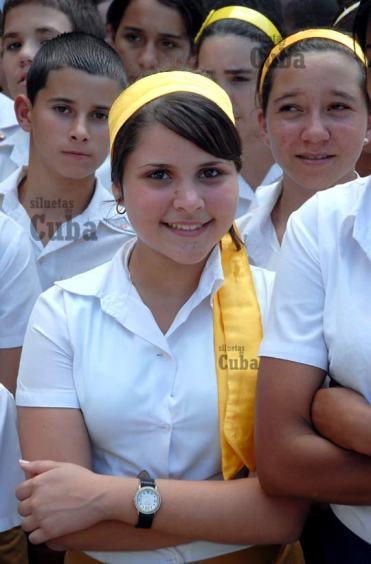 """Con una cinta amarilla que combina con el uniforme escolar una estudiantes de la Escuela Secundaria """"Mártires de Regla"""" sonríe desde la formación, el 8 de Marzo de 2011, La Habana, Cuba. Foto: Calixto N. Llanes/Juventud Rebelde (CUBA)"""