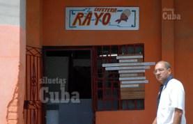 """Cafetería """"Rayo"""" en la calzada 10 de Octubre, el 19 de Marzo de 2011, La Habana, Cuba. Foto: Calixto N. Llanes/Juventud Rebelde (CUBA)"""