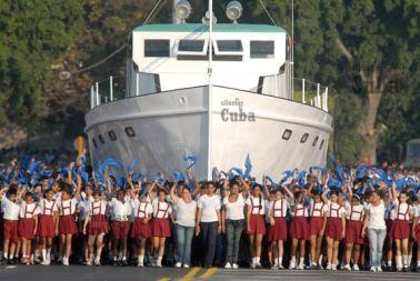 """Los pioneros cubanos junto al histórico """"Yate Granma"""" desfilan, el 14 de Abril de 2011, La Habana, Cuba. Foto: Calixto N. Llanes/Juventud Rebelde (CUBA)"""