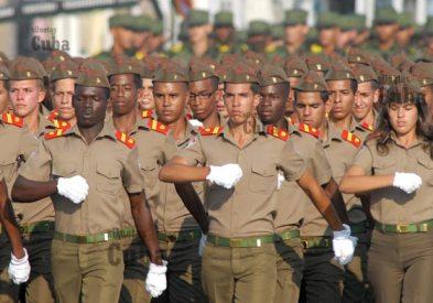 """Estudiantes de las escuelas """"Camilo Cienfuegos"""" marchan durante la Revista Militar, el 14 de Abril de 2011, La Habana, Cuba. Foto: Calixto N. Llanes/Juventud Rebelde (CUBA)"""