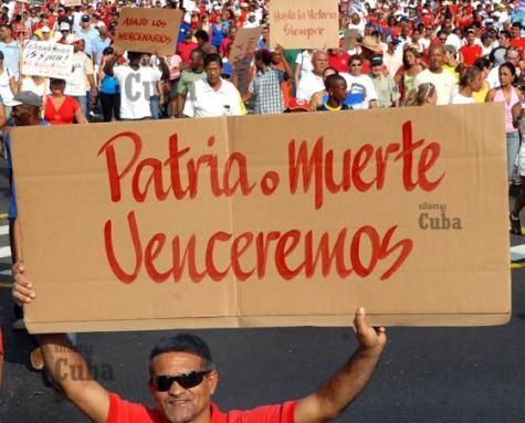 El pueblo capitalino desfila con carteles por la Plaza de la Revolución, el 16 de Abril de 2011, La Habana, Cuba. Foto: Calixto N. Llanes/Juventud Rebelde (CUBA)