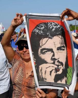 Una cubana marcha con un pañuelo con la imagen de Ernesto Che Guevara, el 16 de Abril de 2011, La Habana, Cuba. Foto: Calixto N. Llanes/Juventud Rebelde (CUBA)