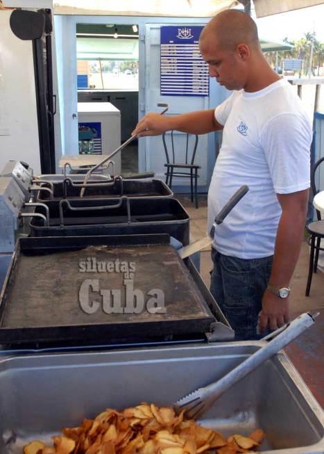 Un cocinero prepara los alimentos en una carpas muy cerca de la playa, el 16 de Junio de 2011, La Habana, Cuba. Foto: Calixto N. Llanes/Juventud Rebelde (CUBA)