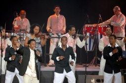 """Cándido Fabré y su banda canta """"El bárbaro sigue en pie"""", el 12 de Agosto de 2011, La Habana, Cuba. Foto: Calixto N. Llanes/Juventud Rebelde (CUBA)"""