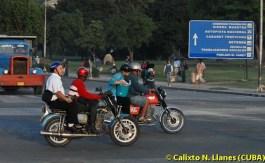 Dos motos circulan como taxis, el 20 de Noviembre de 2008, Santiago de Cuba, Cuba. Foto: Calixto N. Llanes (CUBA)
