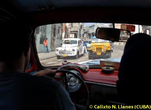 Un taxista circula con su almendrón por la avenida 10 de Octubre, el 9 de Febrero de 2011, La Habana, Cuba. Foto: Calixto N. Llanes (CUBA)