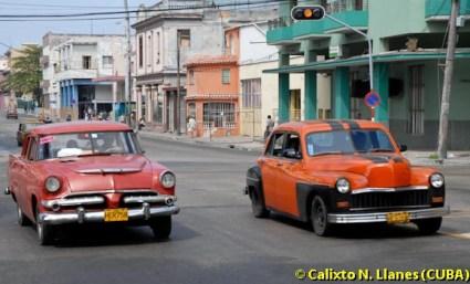 Dos carros circulan por la calle Infanta, en La Habana, el 9 de Febrero de 2009, La Habana, Cuba. Foto: Calixto N. Llanes (CUBA)