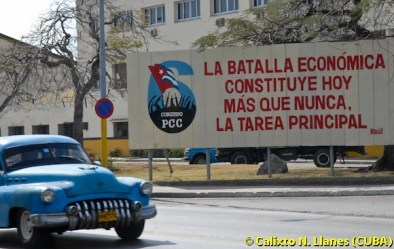 Un carro antiguo pasa cerca de una valla con palabras del presidente cubano Raúl Castro, el 18 de Marzo de 2011, La Habana, Cuba. Foto: Calixto N. Llanes (CUBA)