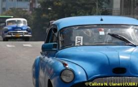 Carros antiguos circulan como taxis por la calle 23 del Vedado capitalino, el 12 de Agosto de 2011, La Habana, Cuba. Foto: Calixto N. Llanes (CUBA)