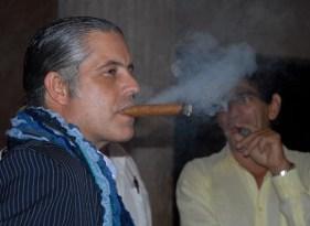 Amigos de la Casa del Habano Partagás fuman tranquilamente en la apertura del evento, el 11 de Noviembre de 2011, La Habana, Cuba. Foto: Calixto N. Llanes (CUBA)