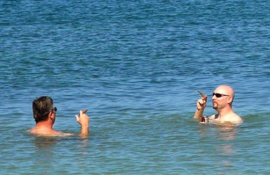 Los fumadores disfrutaron de un día en la playa del Club Habana, el 16 de Noviembre de 2011, La Habana, Cuba. Foto: Calixto N. Llanes (CUBA)