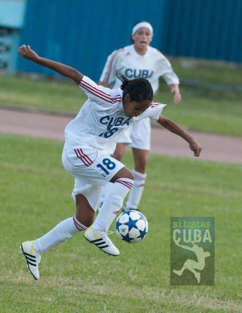 Yoana Calderón González controla el balón en el área rival, el 9 de enero de 2012, La Habana, Cuba. FOTO: Calixto N. Llanes (CUBA)