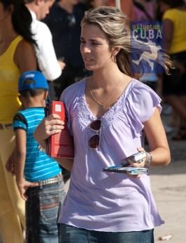 Joven camina de un lado a otro en busca de los mejores libros, el 17 de Febrero de 2012, La Habana. FOTO: Calixto N. Llanes (CUBA)