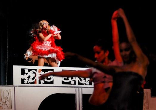 """Transformista Diana (fondo) junto al Latin Dance Ballet con """"Gloria"""" durante la Gala Cubana contra la Homofobia. Viernes 11 de mayo de 2012, La Habana. FOTO: Calixto N. Llanes/Juventud Rebelde (CUBA)"""