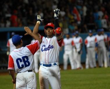 Erisbel Arruebarruena debe mejorar su bateo para aspirar a ser regular en el campo corto, el domingo 8 de julio de 2012, La Habana. Foto: Calixto N. Llanes/Juventud Rebelde (CUBA)