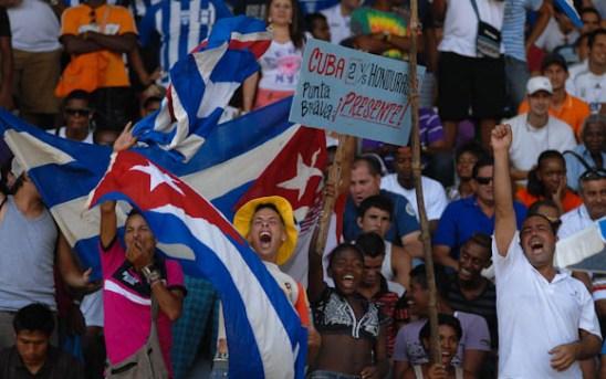 Los aficionados cubanos pedian 2-0 al inicio del choque, pero todo el mundo sabia lo que les esperaba, el viernes 7 de septiembre de 2012, La Habana. FOTO de Calixto N. Llanes/Juventud Rebelde (CUBA)