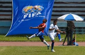 Como pelota de ping pong rebotaba el balon sobre la cancha del estadio cubano Pedro Marrero, el viernes 7 de septiembre de 2012, La Habana. FOTO de Calixto N. Llanes/Juventud Rebelde (CUBA)