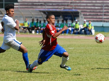 El lateral cubano Joel Colome (6) persigue la pelota, el viernes 7 de septiembre de 2012, La Habana. FOTO de Calixto N. Llanes/Juventud Rebelde (CUBA)