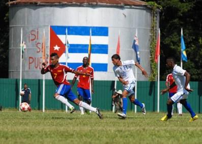 Los cubanos tuvieron que correr mucho sobre la cancha para tener el balon, el viernes 7 de septiembre de 2012, La Habana. FOTO de Calixto N. Llanes/Juventud Rebelde (CUBA)