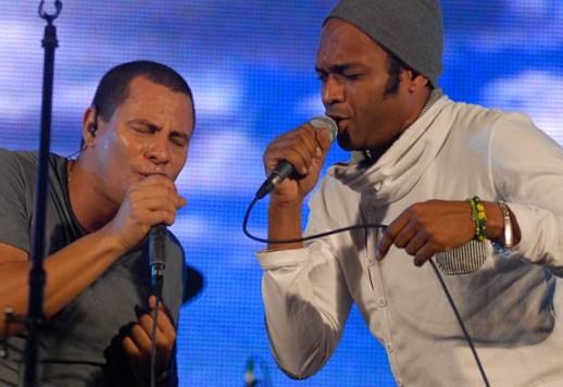 Descemer Bueno e Israel Rojas cantan durante el concierto, el 19 de diciembre de 2012, La Habana. Foto: Calixto N. Llanes/Juventud Rebelde (CUBA)