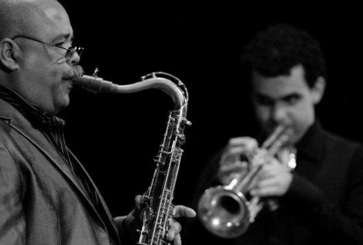 Orlando Sánchez al saxofón y Danny González en la trompeta, acompañan al maestro Arturo O´Farril durante el 2do día del Festival Internacional Jazz Plaza 2012, viernes 21 de diciembre de 2012, La Habana. FOTO: Calixto N. Llanes (CUBA)