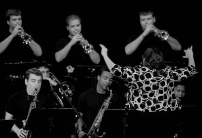 Lisa Hittle dirige la Friends University Jazz Band, de Estados Unidos, actúa durante el 2do día del Festival Internacional Jazz Plaza 2012, el viernes 21 de diciembre de 2012, La Habana. FOTO: Calixto N. Llanes (CUBA)