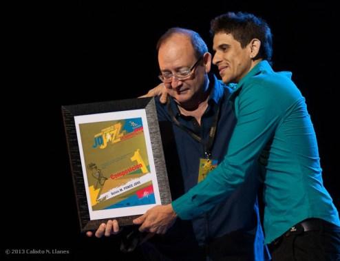 El maestro Enrique Plá entregó el 1er Premio en composición (categoría menores) a Delvis Ponce Jove, durante el 16 Concurso de Jóvenes Jazzistas JoJazz 2013 que tuvo lugar en el Teatro Mella, el sábado 16 de noviembre de 2013, La Habana. FOTO de Calixto N. Llanes (CUBA)