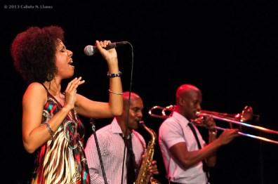 Yanet Valdés canta junto a Michel Herrera (centro) y su Joven Jazz, el domingo 17 de noviembre de 2013, La Habana. FOTO de Calixto N. Llanes (CUBA)