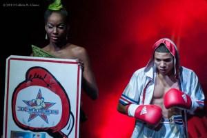 Yosbany Veitia, de los Domadores de Cuba, hace su entrada al Coliseo de la Ciudad Deportiva para su duelo con Bator Sagaluev, de Rusia, en los 49 kg, durante la IV Serie Mundial de Boxeo (WSB), el viernes 6 de Diciembre de 2013, La Habana. FOTO: Calixto N. Llanes (CUBA)