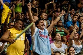 Aficionados animan a su equipo Ciego de Ávila durante tercer juego ante Capitalinos en la final de la Liga Superior de Baloncesto (LSB). El duelo celebrado en la Sala Giraldo Córdova Cardín terminó 66-63 favorable a Ciego, el lunes 16 diciembre de 2013, Ciego de Ávila. FOTO de Calixto N. Llanes (CUBA)