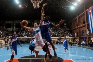 Ciego de Ávila y Capitalinos durante el cuarto juego de la final de la Liga Superior de Baloncesto (LSB). El duelo celebrado en la Sala Giraldo Córdova Cardín terminó 75-54 favorable a Ciego, el martes 17 diciembre de 2013, Ciego de Ávila. FOTO de Calixto N. Llanes (CUBA)