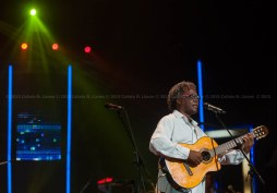 El cantautor Gerardo Alfonso durante el concierto homenaje a Santiago Feliú en el Teatro Karl Marx en La Habana, Cuba, el viernes 21 de agosto de 2015. FOTO de Calixto N. Llanes/Juventud Rebelde (CUBA)