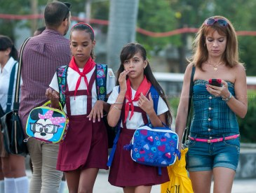 Estudiantes de primaria con sus merenderos mochilas van hacia la escuela el primer día de clases del nuevo curso escolar 2015-2016 el martes 1 de septiembre de 2015. FOTO de Calixto N. Llanes/Juventud Rebelde (CUBA)