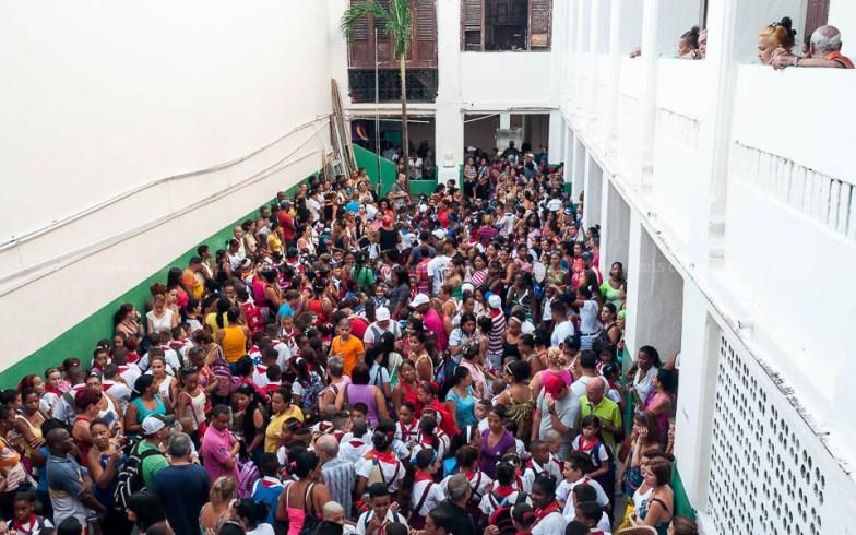 Estudiantes, padres y maestros esperan el acto inicio del nuevo curso escolar 2015-2016 en una escuela primaria el martes 1 de septiembre de 2015. FOTO de Calixto N. Llanes/Juventud Rebelde (CUBA)