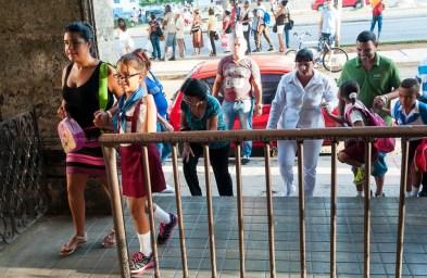 Padres llevan a sus hijos a la escuela el primer día de clases del nuevo curso escolar 2015-2016 el martes 1 de septiembre de 2015. FOTO de Calixto N. Llanes/Juventud Rebelde (CUBA)