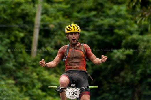 Diego Tamayo celebra su triunfo en la segunda etapa de la Titán Tropic Cuba de ciclismo de montaña. FOTO de Calixto N. Llanes (CUBA)