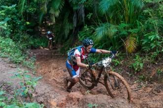 Cubano Álvaro Soca arrastra su bici durante la cuarta etapa de la Titán Tropic Cuba de ciclismo de montaña. FOTO de Calixto N. Llanes (CUBA)
