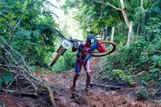 Cubano Yasmani Balmaceda carga su bici durante la cuarta etapa de la Titán Tropic Cuba de ciclismo de montaña. FOTO de Calixto N. Llanes (CUBA)