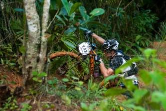 Ferran Marsa arrastra su bici durante la cuarta etapa de la Titán Tropic Cuba de ciclismo de montaña. FOTO de Calixto N. Llanes (CUBA)