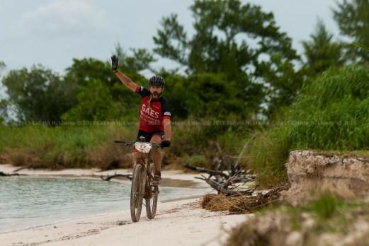 Actor español Santi Millán celebra durante quinta y última etapa de la Titán Tropic Cuba de ciclismo de montaña. FOTO: Calixto N. Llanes