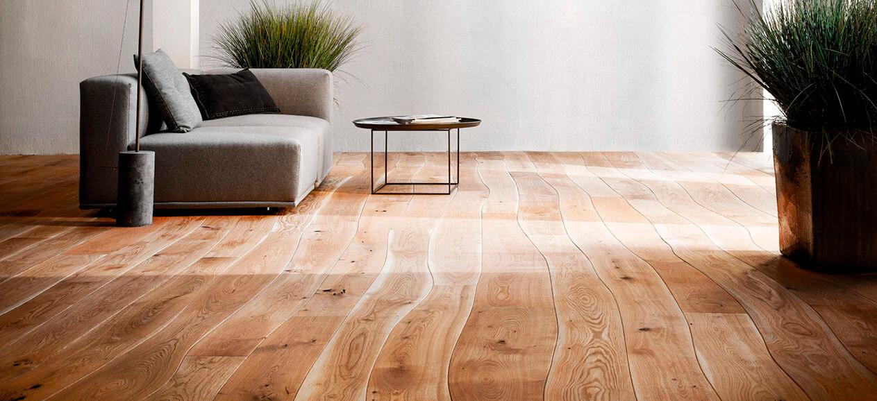 Pavimento em madeira curvada