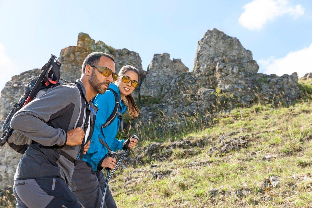 Die Haut wird bei Outdoor-Aktivitäten wie einer Bergwanderung gut eingecremt. Nur was ist mit den Augen? Auch die benötigen einen wirksamen Schutz vor blendenden Sonnenstrahlen.